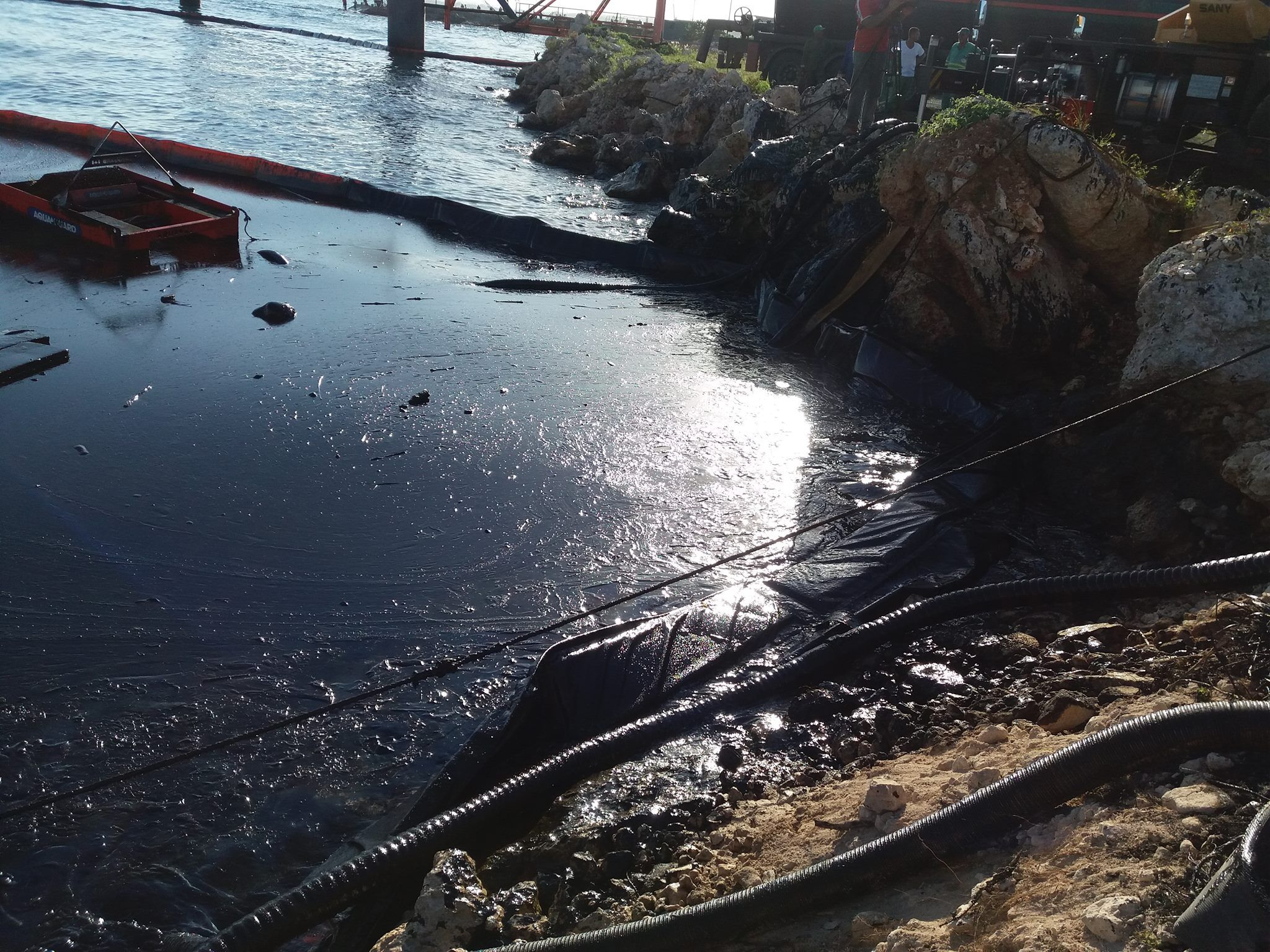 Trabajos de recogida del derrame de petróleo en la bahía de Matanzas, el 4 de octubre de 2018. Foto: TV Yumurí.
