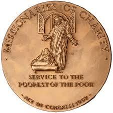 Contradicción: una moneda acuñada en honor a Teresa de Calcuta y su recomendación de evitar el dinero y ayudar a los pobres (Foto: Wikimedia Commons).