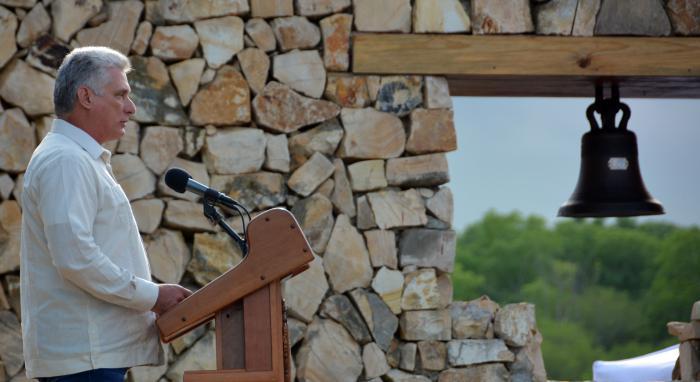 El presidente cubano Miguel Díaz-Canel habla durante el acto oficial por el aniversario 150 del inicio de las guerras por la independencia de Cuba en el ingenio La Demajagua. Foto: Juvenal Balán / Granma.