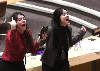 Jóvenes diplomáticas de la misión de Cuba en las Naciones Unidas protestan el 16 de octubre de 2018 con gritos y golpes cobre las mesas un acto organizado en la sede de la ONU por Estados Unidos sobre los presos políticos en la Isla. Foto: Timothy A. Clary / AFP / Getty Images.
