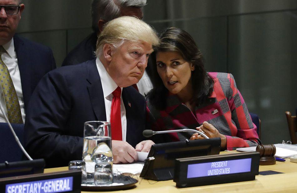 El presidente Donald Trump habla con Nikki Haley, todavía embajadora de EEUU ante la ONU, durante la Asamble General de Naciones Unidas, el lunes 24 de septiembre del 2018. Foto: Evan Vucci / AP.