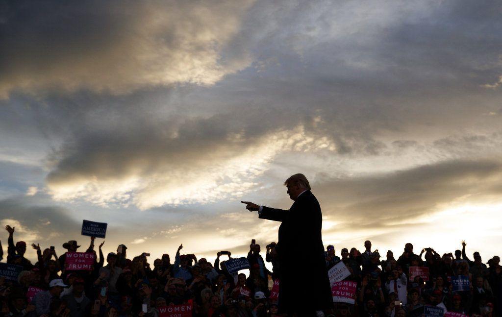 El presidente Donald Trump se presenta ante partidarios en un acto de campaña en el Minuteman Aviation Hangar, el jueves 18 de octubre de 2018, en Missoula, Montana. (AP Foto/Carolyn Kaster)