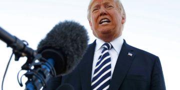 El presidente Donald Trump hace declaraciones a la prensa antes de abordar el avión presidencial Air Force One en el aeropuerto regional Elko, en Elko, Nevada, al término de un acto de campaña, el sábado 20 de octubre de 2018. Foto: Carolyn Kaster / AP.