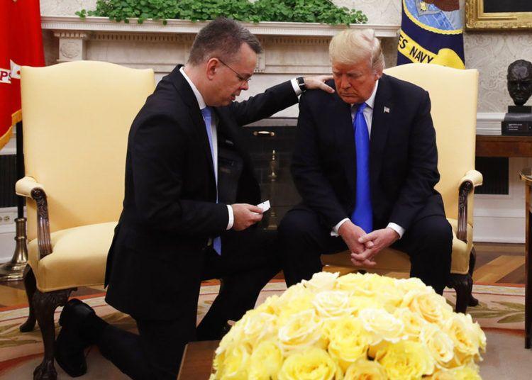 El presidente Donald Trump ora con el pastor estadounidense Andrew Brunson en la Oficina Oval de la Casa Blanca en Washington, el sábado 13 de octubre de 2018, tras la liberación de Brunson en Turquía. Foto: Jacquelyn Martin / AP.