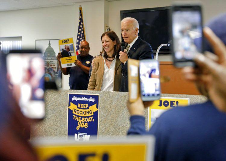 El ex vicepresidente Joe Biden abraza a Elaine Luria, cadidata demócrata por el Distrito 2 de Virginia, enfrente de trabajadores sindicalizados el viernes 19 de octubre del 2018 en Newport News, Virginia. Foto: Jonathon Gruenke/The Daily Press vía AP.