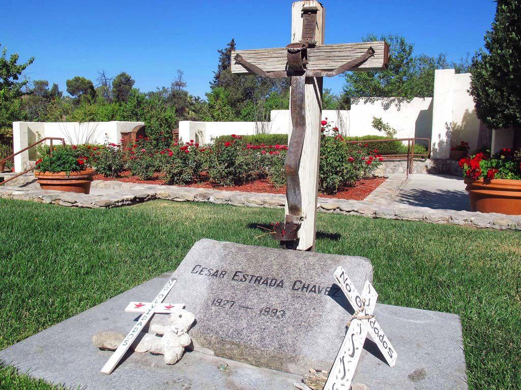 Foto del 2 de octubre del 2012 de la tumba del líder sindical chicano César Chávez en Keene, California. El sitio donde nació Chávez en Yuma, Arizona, está prácticamente abandonado. Foto: Gosia Wozniacka / AP / Archivo.
