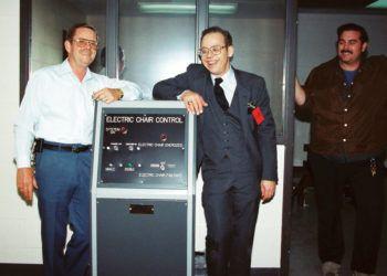 En esta foto sin fecha distribuida por Fred Leuchter, centro, se ve la consola de control de la silla eléctrica construida por él. Foto: Cortesía de Fred Leuchter vía AP.