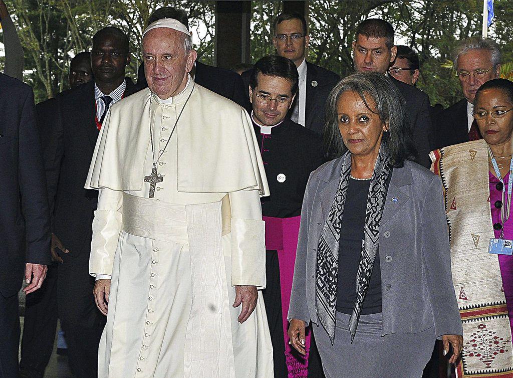 ARCHIVO - En esta fotografía de archivo del jueves 26 de noviembre de 2015, el papa Francisco camina al lado de la entonces directora general de la Oficina de Naciones Unidas en Nairobi, Sahle-Work Zewde, a la derecha, a la llegada del pontífice a Nairobi, Kenya. Los legisladores de Etiopía eligieron por unanimidad a Sahle-Work Zewde como la primera presidenta del país, donde el cargo es principalmente protocolario, el jueves 25 de octubre de 2018. (Simon Maina/Pool vía AP, Archivo)