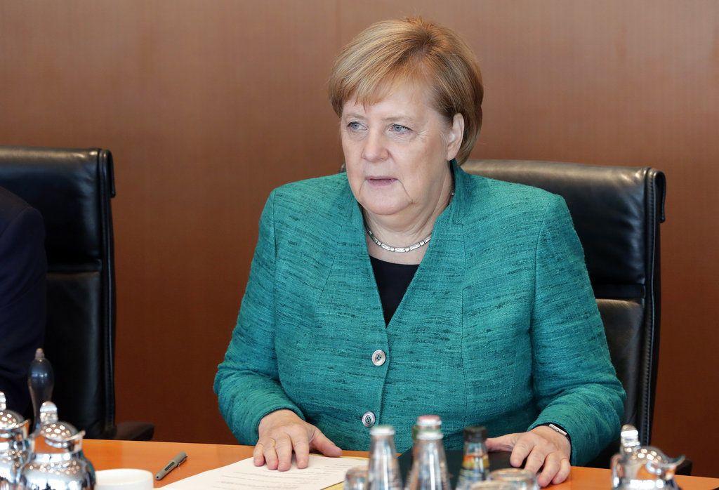 La canciller de Alemania, Angela Merkel, durante la reunión semanal de su gobierno en la cancillería, en Berlín, el 2 de octubre de 2018. (AP Foto/Michael Sohn)