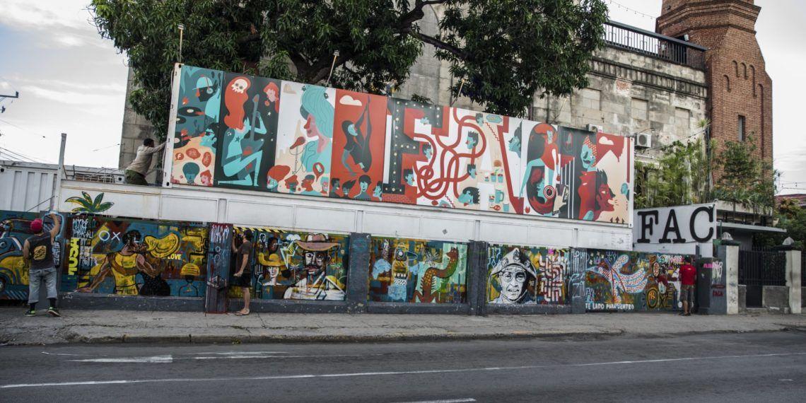 """Los muros exteriores de FAC se convierten en un gran mural de la mano de la residencia artística """"Se Permuta"""", una mezcla entre artistas pernambucanos y cubanos. Foto: Cortesía FAC."""