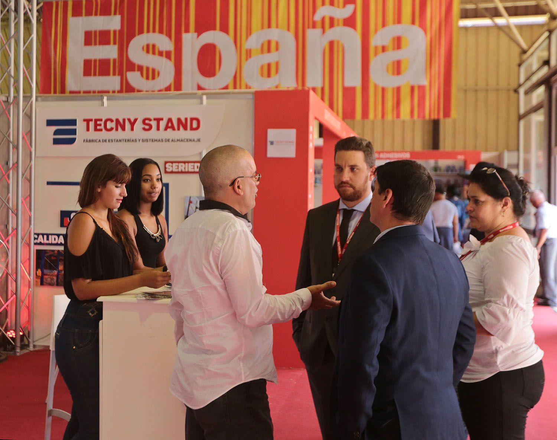 Empresarios y visitantes conversan en el pabellón de España en la Feria Internacional de la Habana Fihav 2018 este lunes 29 de octubre de 2018. Foto: Yander Zamora / EFE.