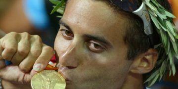 Gal Friedman con la medalla de oro ganada en Atenas 2004. Foto: AP
