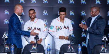 Los principales dirigentes de los Marlins de Miami, Derek Jeter y Mike Hill, presentaron a los hermanos Mesa. Foto: Getty Images