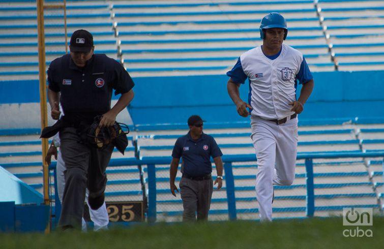 A Industriales le fue mal en el cierre de la primera fase de la Serie 58, fuera del estadio Latinoamericano. Foto: Otmaro Rodríguez.