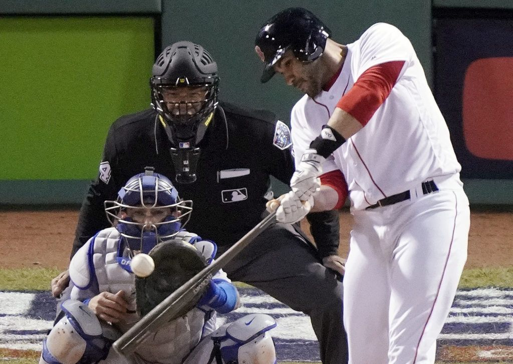 Martínez impulsó las dos carreras decisivas para Boston.  (AP Foto/Elise Amendola)