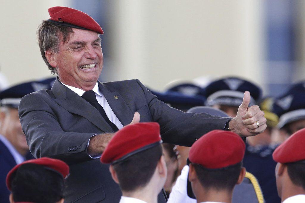 El candidato conservador a la presidencia de Brasil, Jair Bolsonaro, levanta los pulgares mientras posa para una fotografía con los cadetes durante una ceremonia del Día del Ejército en Brasilia, Brasil. Foto: Eraldo Peres.
