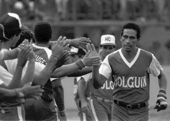 Jorge Cruz (der) celebra uno de sus jonrones vistiendo el uniforme de Holguín. Foto: Recorte de prensa / Archivo de Oreidis Pimentel.