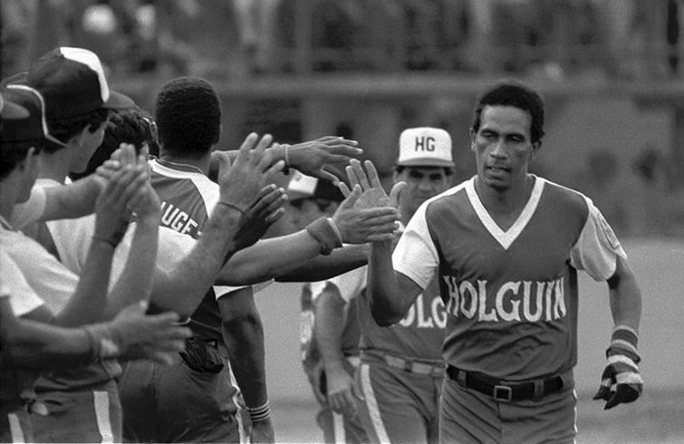 Jorge Cruz (der) celebra uno de sus jonrones vistiendo el uniforme de  Holguín. ede7a47730646