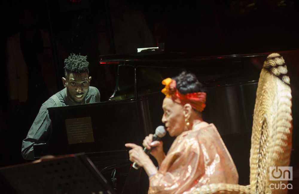 Omara Portuondo junto al pianista Victor Campbell. Foto: Enrique Smith.