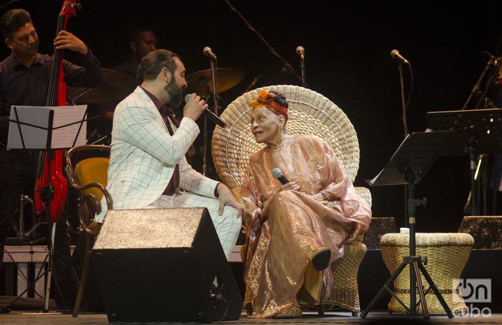 Omara Portuondo junto a Alain Pérez en el Teatro Martí. Foto: Enrique Smith.