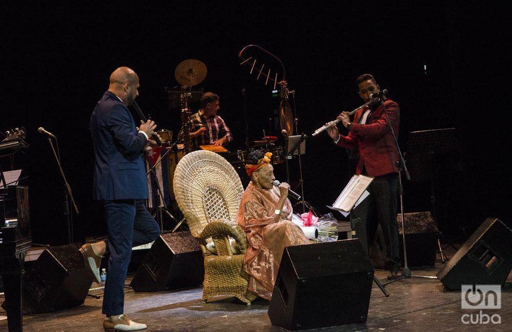 Omara Portuondo junto a Ethiel Faílde y Rodrigo Sosa. Foto: Enrique Smith.