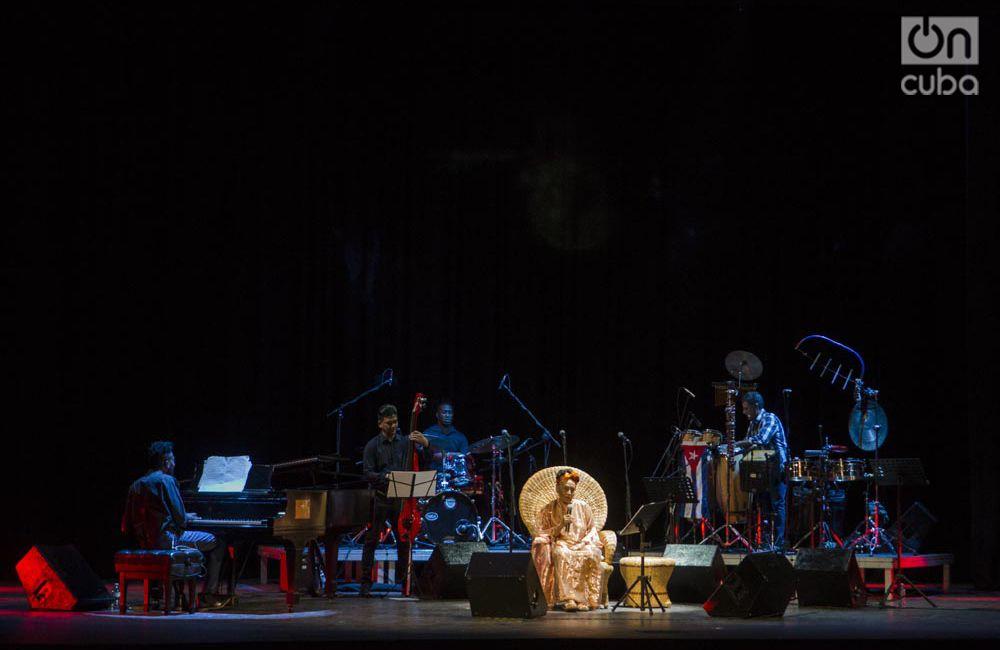 """Omara Portuondo durante el concierto """"Omara siempre"""", en el Teatro Martí. Foto: Enrique Smith."""