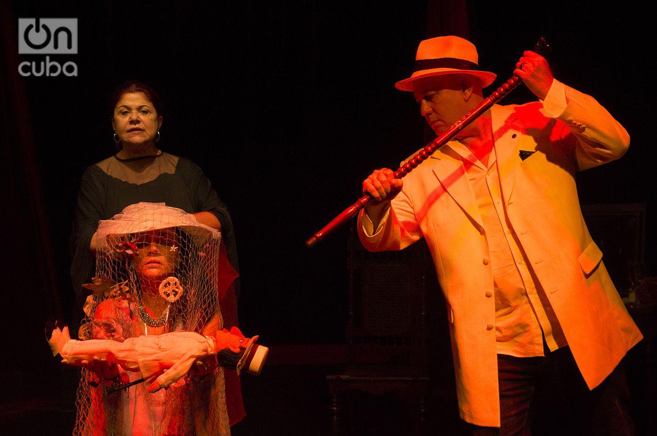 """Susana Pérez (izquierda, detrás) en un ensayo de la obra """"Habana Café"""" en la sala del grupo Buendía, en La Habana. Junto a ella, la actriz Anna Sobero y el actor Jorge Luis Álvarez. Foto: Otmaro Rodríguez."""