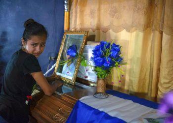 Una joven llora junto al ataúd con los restos de Leyling Chavarría, quien murió cuando la policía y los paramilitares atacaron una barricada establecida por manifestantes antigubernamentales en Jinotega, Nicaragua. Foto: Cristobal Venegas / AP.