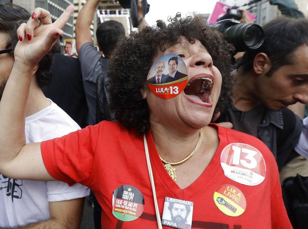Una mujer grita lemas en apoyo a Fernando Haddad, candidato presidencial del Partido de los Trabajadores, durante un mitin de campaña en Sao Paulo, Brasil. Foto: Andre Penner/AP.