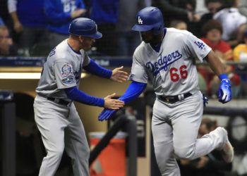 Yasiel Puig (derecha) es saludado tras su jonrón de tres carreras que apuntaló el éxito de los Dodgers ante los Cerveceros de Milwaukee y confirmó el pase de la franquicia de Los Ángeles a la Serie Mundial. Foto: Tannen Maury / EFE / EPA.