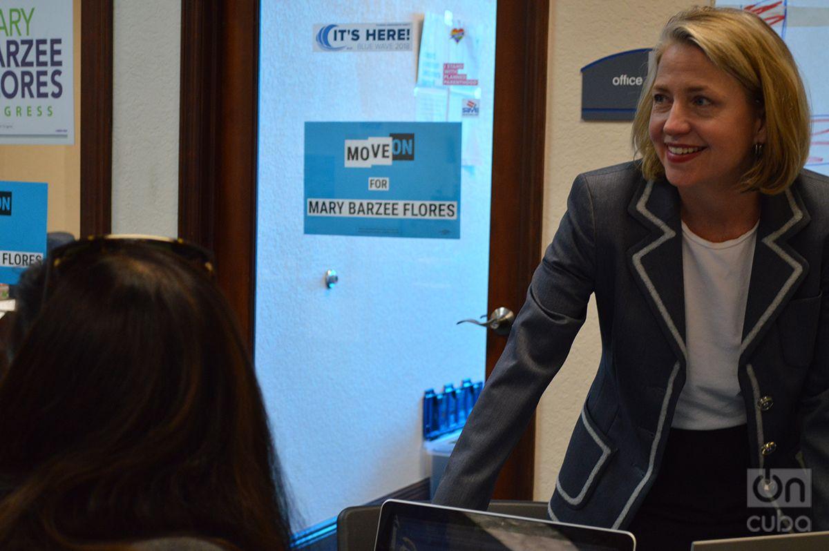Mary Barzee Flores conversa con trabajadores y voluntarios de su campaña. Foto: Marita Pérez Díaz.