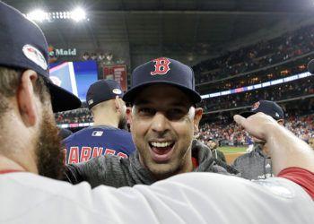 El puertorriqueño Alex Cora, piloto de los Medias Rojas de Boston, festeja el triunfo en la Serie de Campeonato de la Liga Americana, el jueves 18 de octubre de 2018, ante los Astros de Houston (AP Foto/David J. Phillip)