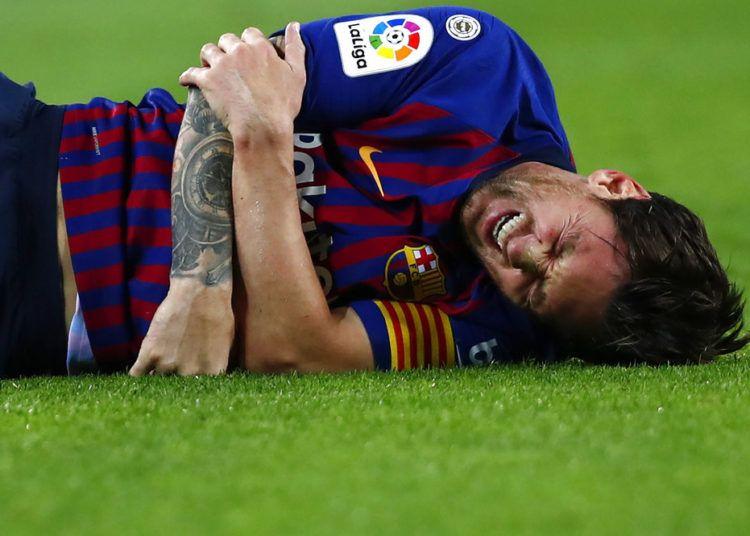 El delantero argentino Lionel Messi tras lesionarse durante un partido de la Liga española contra Sevilla, el sábado 20 de octubre de 2018. Foto: Manu Fernández / AP.