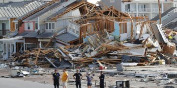 Rescatistas buscan sobrevivientes el jueves 11 de octubre de 2018 en la localidad de Mexico Beach, Florida, tras el paso del huracán Michael. (AP Foto/Gerald Herbert)