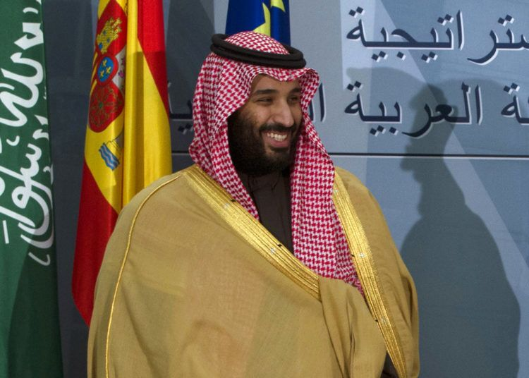 ARCHIVO - En esta fotografía de archivo del 12 de abril de 2018, el príncipe heredero saudí Mohammed bin Salman se prepara para irse tras una ceremonia con el jefe de gobierno español Mariano Rajoy en Madrid, España. (AP Foto/Paul White, archivo)
