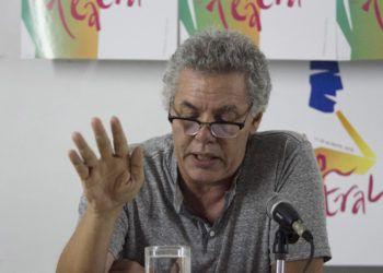 El narrador y dramaturgo Reinaldo Montero en la presentación de un número de la revista Casa de las Américas. Foto: laventana.casa.cult.cu.