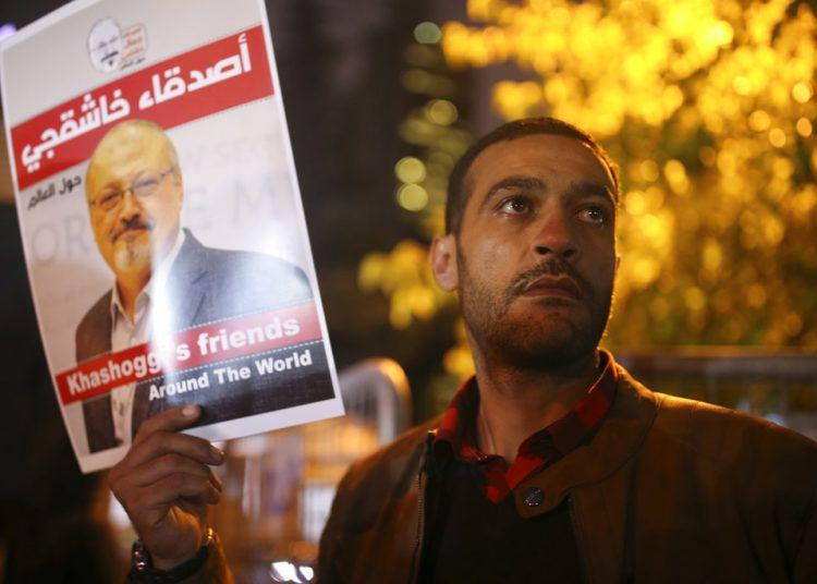 Activistas protestan por el asesinato del periodista saudí Jamal Khashoggi con una vigilia nocturna en el exterior del consulado de Arabia Saudí en Estambul. Foto: Emrah Gurel/AP/Archivo.