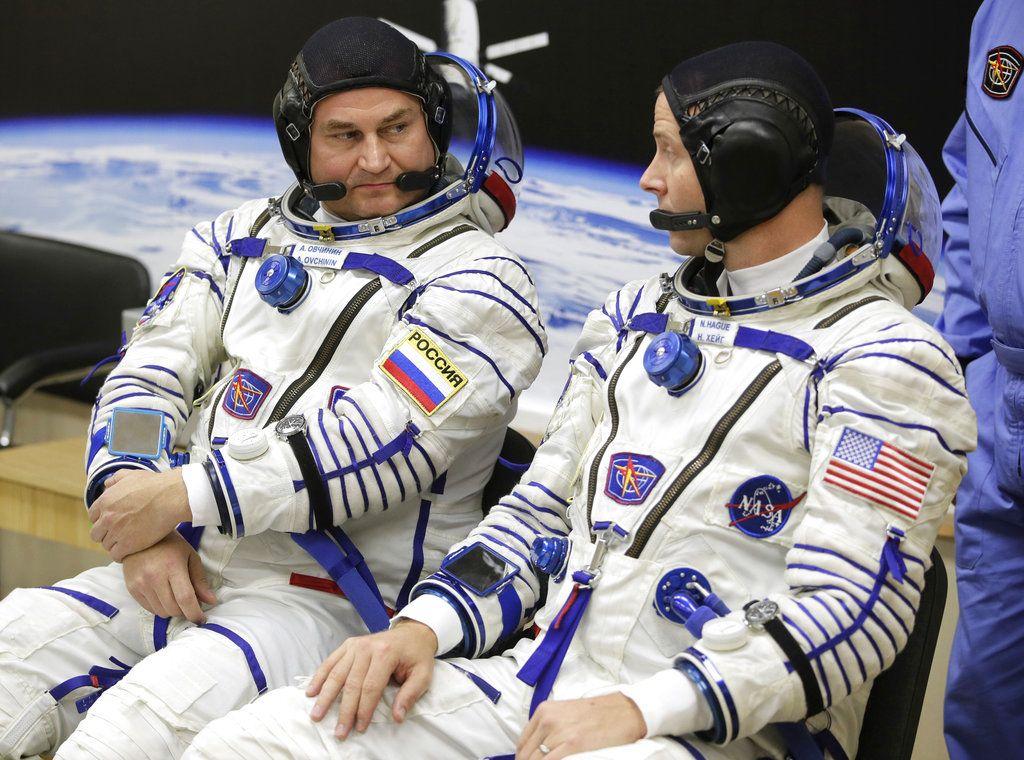 El astronauta estadounidense Nick Hague (derecha) y el cosmonauta ruso Alexey Ovchinin hablan antes de despegar a bordo de una cápsula Soyuz MS-10 hacia la Estación Espacial Internacional, en Baikonur, Kazajistán, el 11 de octubre de 2018. Foto: Dmitri Lovetsky/AP.