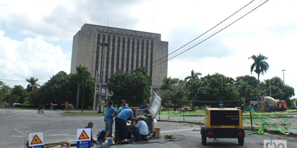"""Operarios de ETECSA trabajan en la Plaza de la Revolución """"José Martí"""" de La Habana. Foto: Otmaro Rodríguez."""