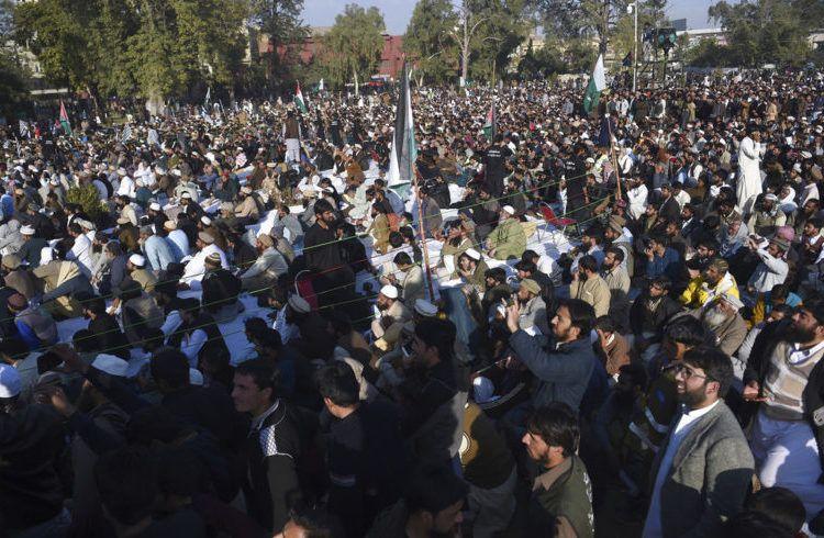 Partidarios del Consejo de Defensa de Pakistán, una alianza de partidos religiosos islamistas de línea dura, participan en una marcha contra la designación de Estados Unidos de Jerusalén como la capital de Israel, en Rawalpindi, Pakistán, el viernes 29 de diciembre de 2017. Foto: Anjum Naveed / AP.