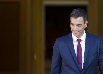 El presidente del gobierno español, Pedro Sánchez, sale del Palacio de Moncloa en Madrid. Foto: Paul White / AP.