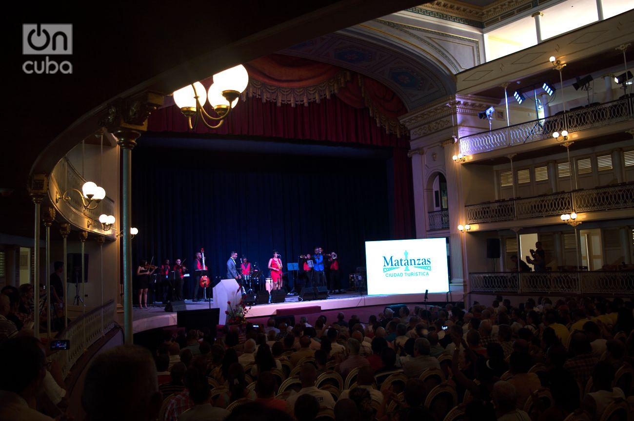 """Declaración de Matanzas como """"destino turístico"""", en el célebre Teatro Sauto, restaurado por los 325 años de la ciudad. En el escenario, la Orquesta Miguel Failde. Foto: Otmaro Rodríguez."""