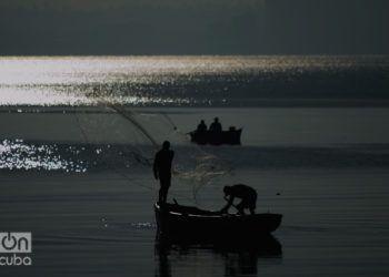Pescadores en la bahía de Matanzas. Foto: Otmaro Rodríguez.
