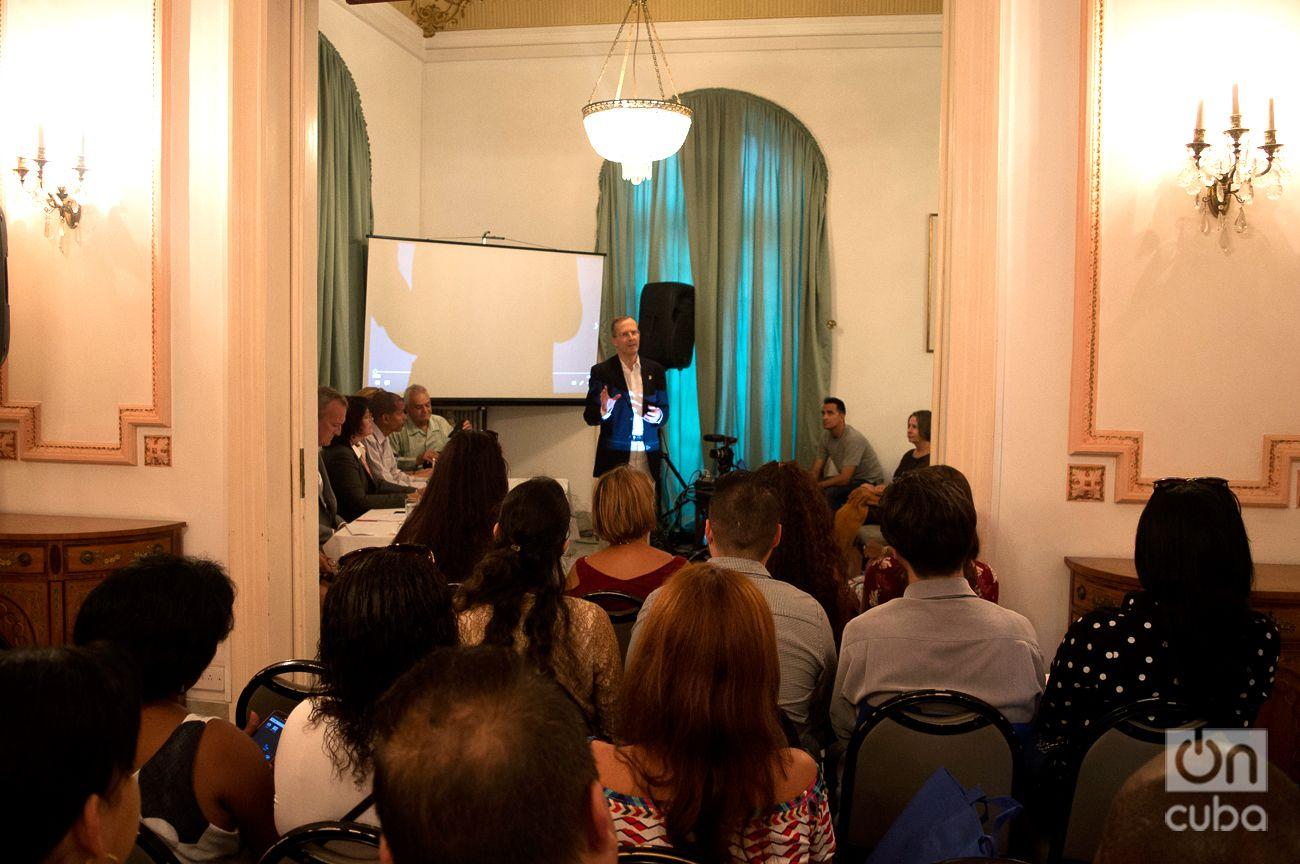 El panel por los 20 años del British Council se realizó en la residencia del embajador británico en La Habana. Foto: Otmaro Rodríguez.
