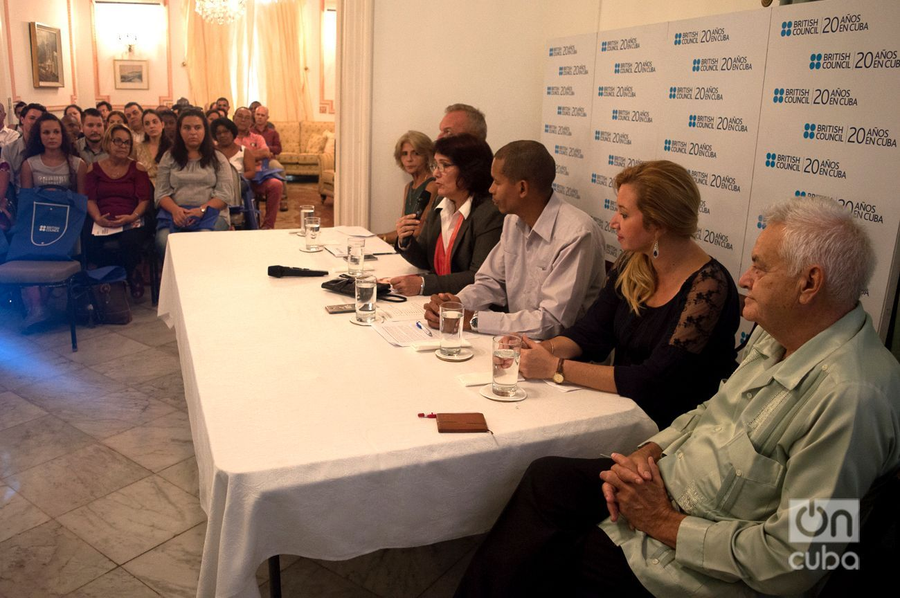 Minerva Rodríguez (3ra de izquierda a derecha), directora de la oficina del British Council en Cuba, habla en el panel sobre los 20 años de la organización en la Isla. Foto: Otmaro Rodríguez.