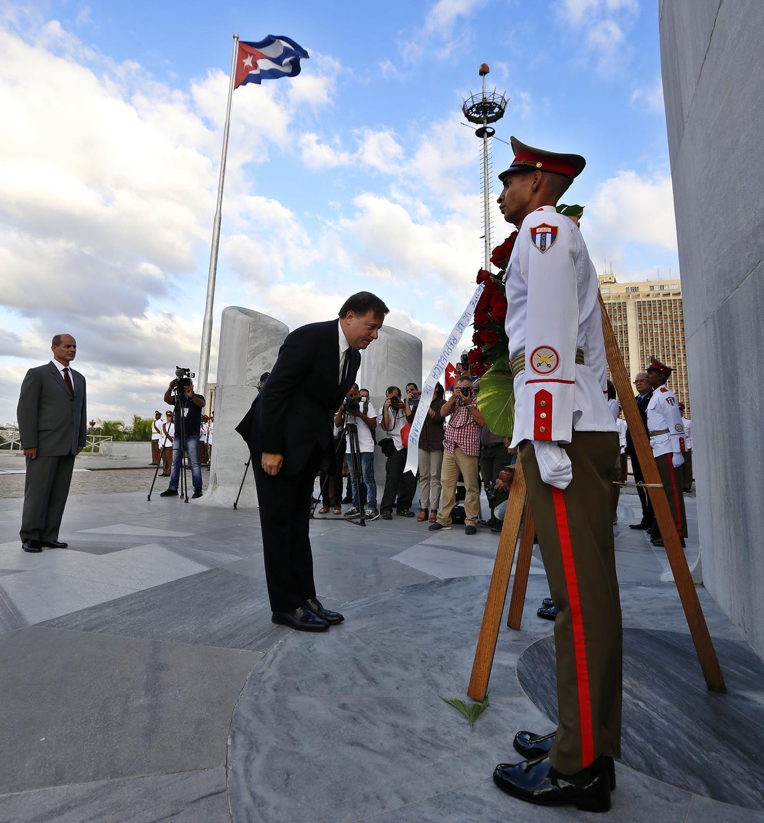 El presidente de Panamá, Juan Carlos Varela (c), rinde tributo a José Martí con una ofrenda floral en el memorial en honor del héroe cubano en la Plaza de la Revolución, en La Habana, este lunes 29 de octubre de 2018. Foto: Ernesto Mastrascusa / EFE.