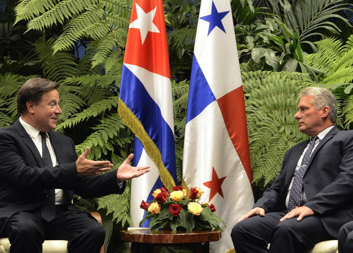 El presidente cubano, Miguel Díaz-Canel (d), conversa con su homólogo de Panamá, Juan Carlos Varela, en el Palacio de la Revolución, en La Habana, este lunes 29 de octubre de 2018. Foto: Joaquín Hernández / POOL / EFE.