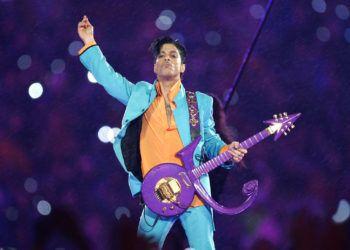 En esta foto del 4 de febrero del 2007, Prince encabeza el espectáculo del medio tiempo del Super Bowl en el estadio Dolphin en Miami. Foto: Chris O'Meara/AP.