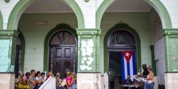 En esta imagen, tomada el 30 de septiembre de 2018, un grupo de vecinos participa en un foro público sobre una reforma constitucional en La Habana, Cuba. Foto: Desmond Boylan/AP.