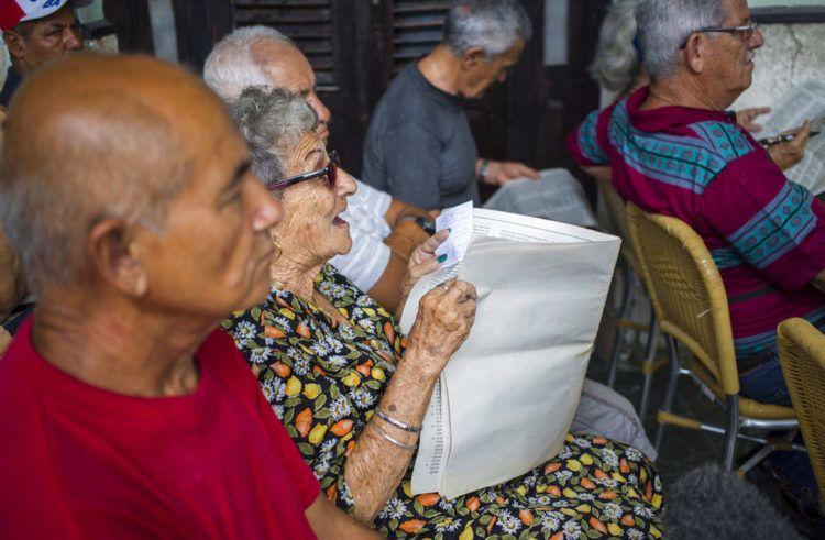 En esta imagen, tomada el 30 de septiembre de 2018, una mujer expone su punto de vista sobre un asunto durante una asamblea pública sobre una reforma constitucional en La Habana. Foto: Desmond Boylan / AP.